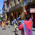 Animazione di strada con gruppo sbandieratori